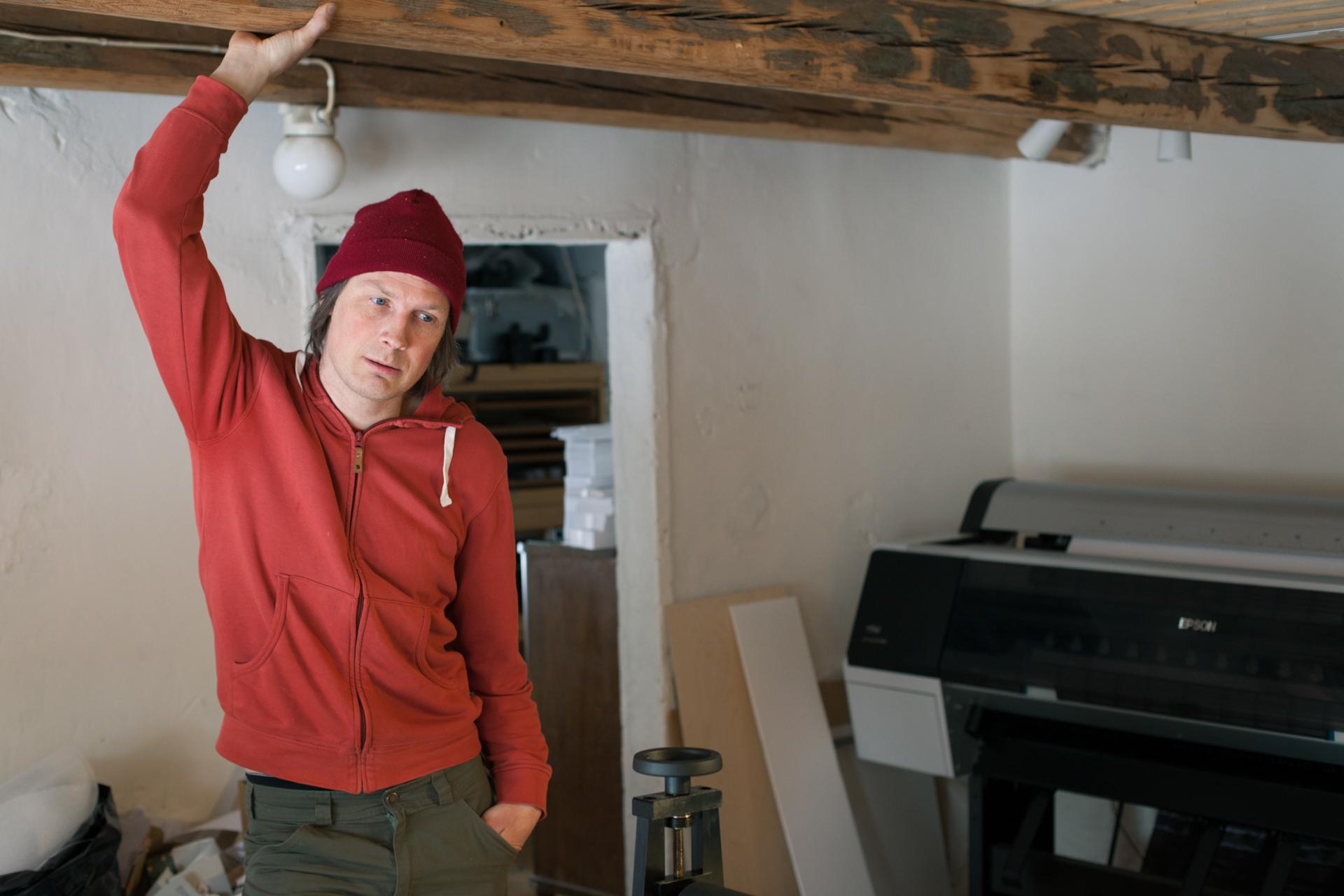 Antti Kurolan työtila on vanhassa navetassa, johon hän suunnittelee kunnostavansa myös galleriatilat.