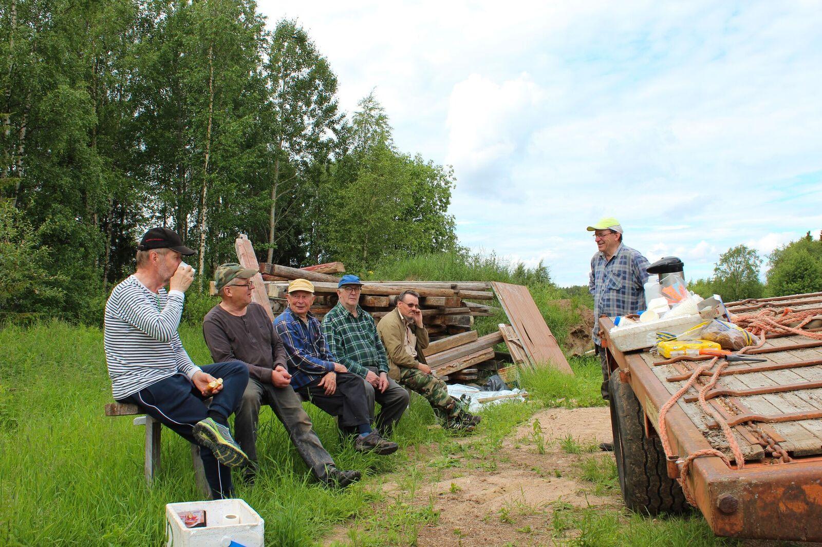 Meltosjärven kyläyhdistyksen talkooporukka kahvitauolla.