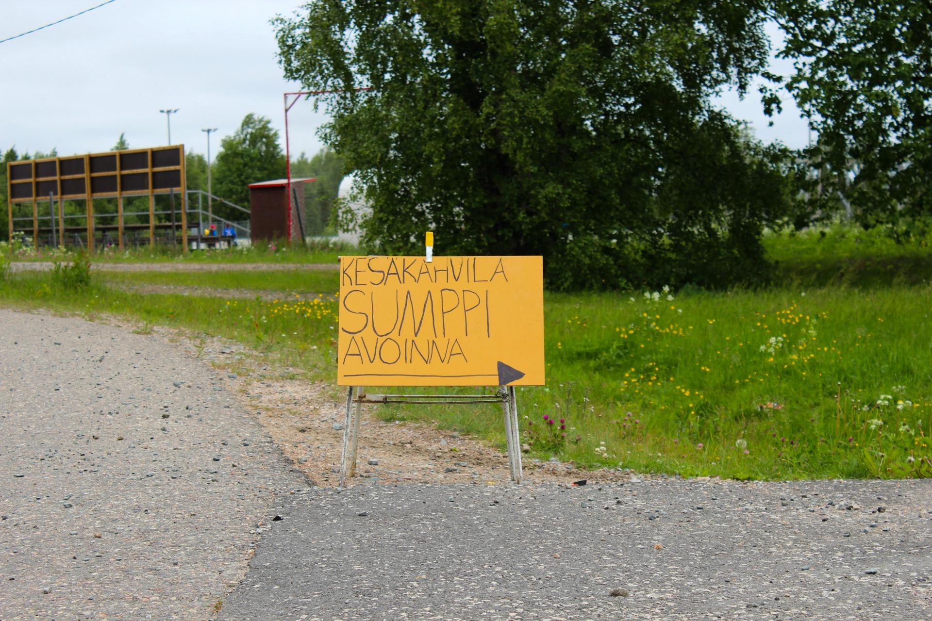 Tienvarsikyltit ohjaavat kohti Sumppi-kahvilaa.