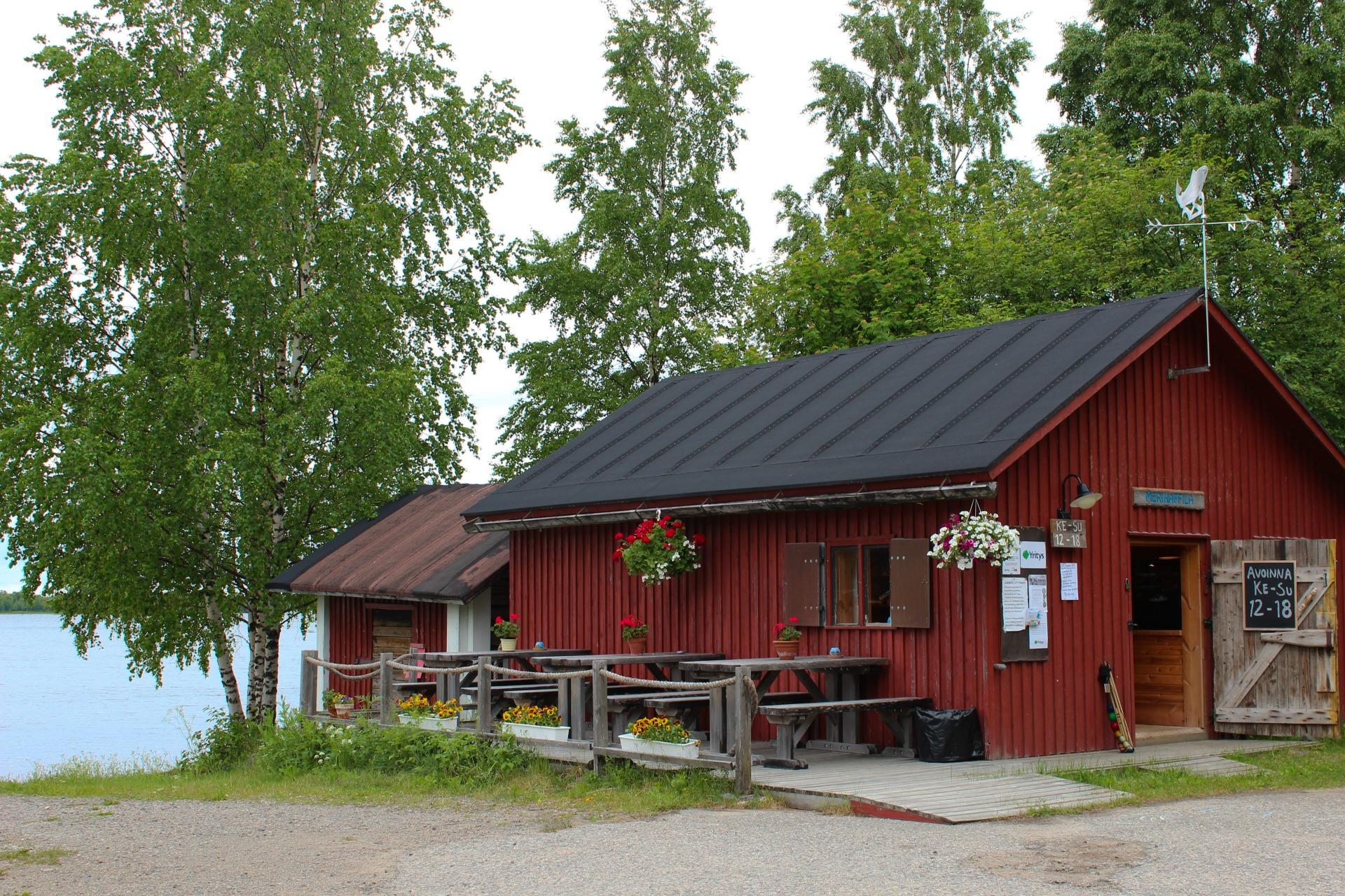 Merikahvilan pihapiiri Vasankarin uimarannalla.