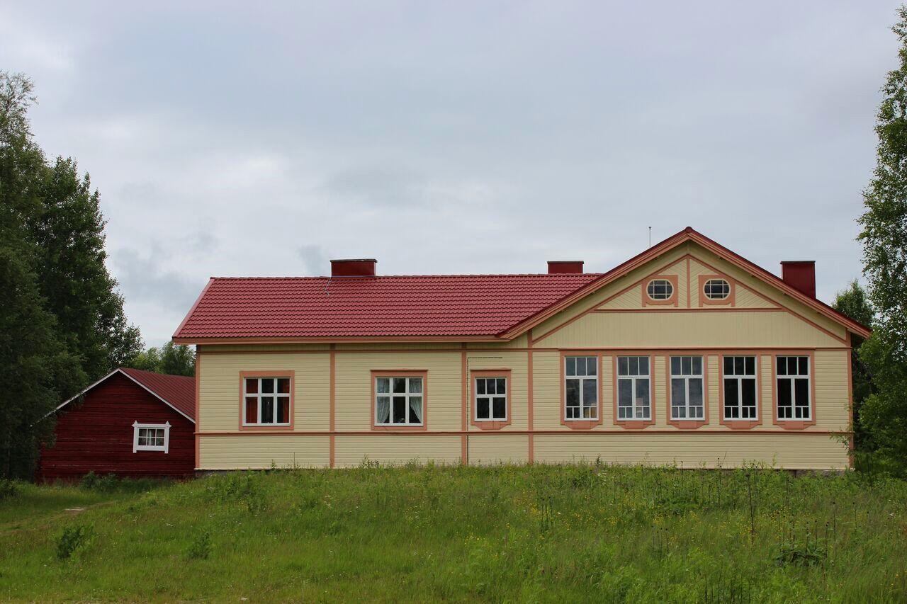 Nykyisin kylätalona toimiva Oinaan vanha koulu on komea ilmestys.