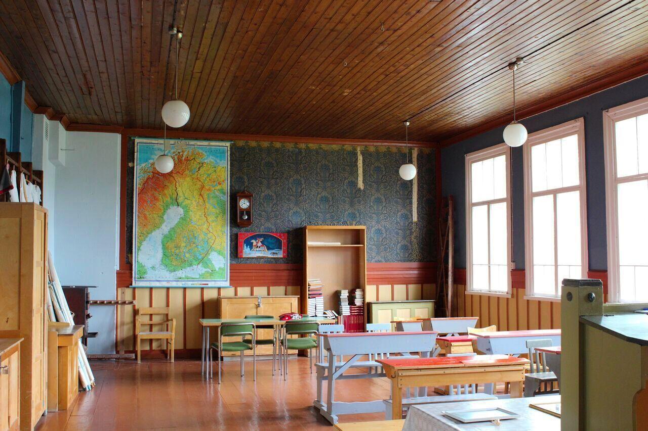 Oinaan koulun vanha luokkahuone on vie ajassa taaksepäin.