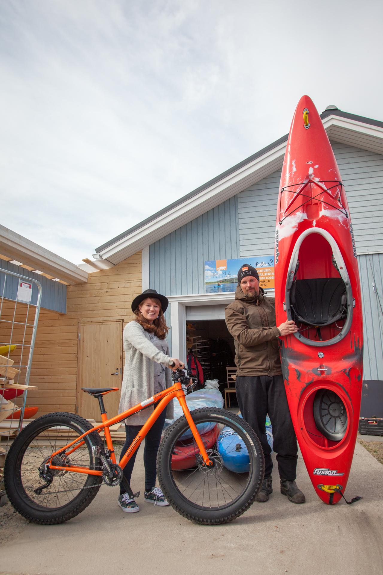 Reetta Koski ja Hannu Holmberg esittelevät kesän tärkeimpiä työkalujaan. Nuorgamista meloo helposti jäämerelle, ja läskipyörä on oiva väline Kaldoaivin erämaassa seikkailuun.
