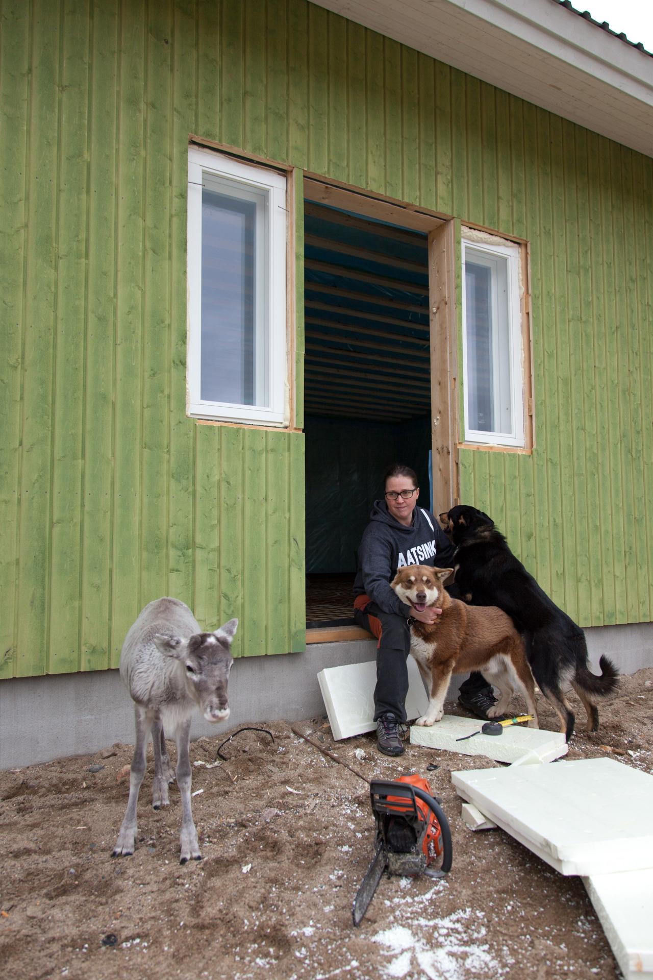 Raisa Korpela ja Aarne Aatsinki asuvat perheineen Sallan Kelloselässä. Kolme tytärtä ovat koulussa, mutta pihapiirissä on silti vilinää.