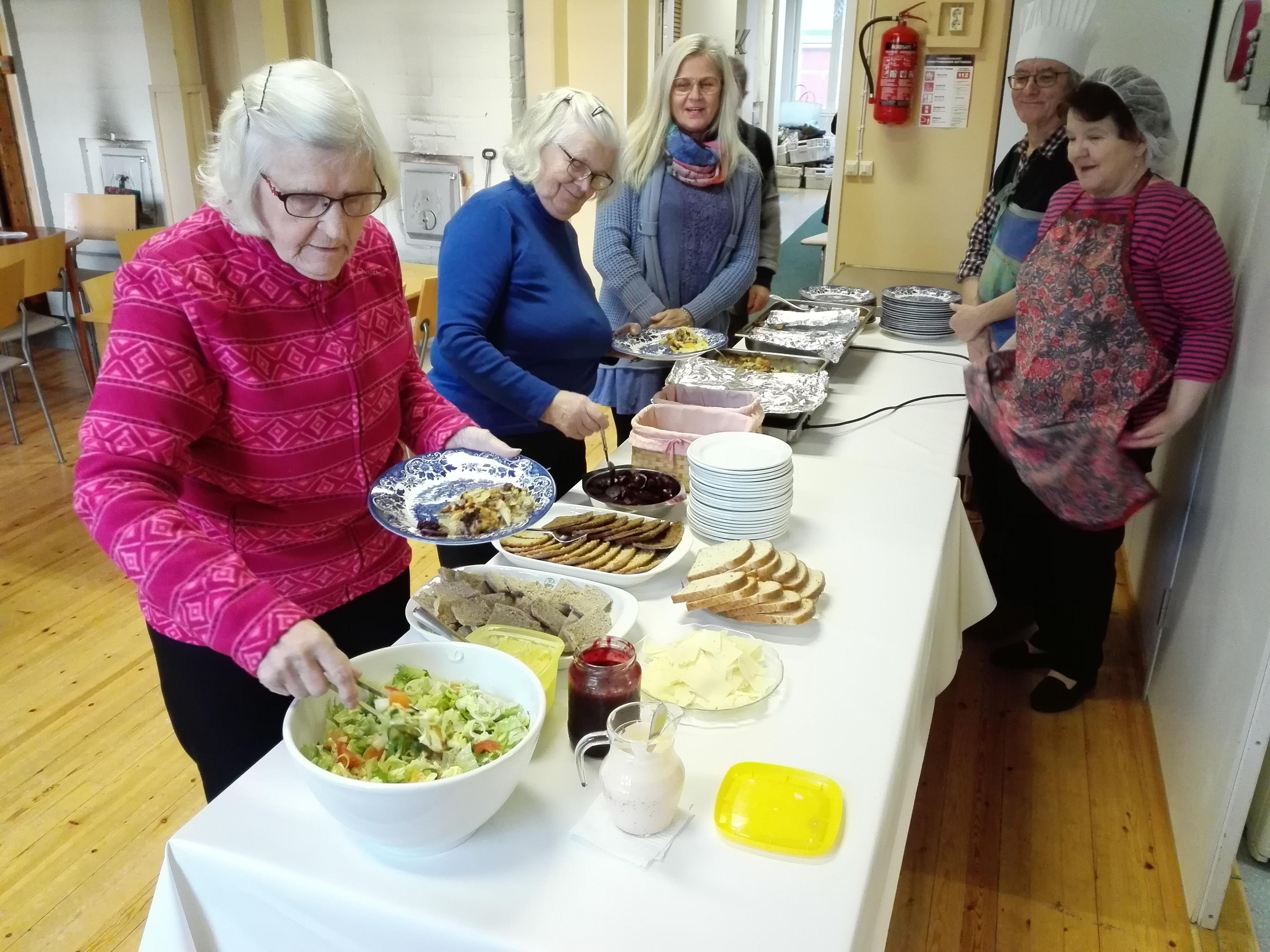 Maire, Sisko ja Tarja ovat tulleet tiistailounaalle, kokkivuorossa Tapani ja Ritva.