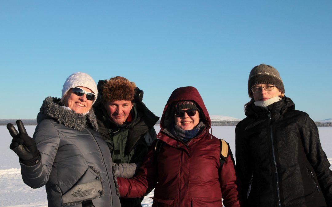 Virolaisia vieraita kalastusta opettelemassa Lokassa
