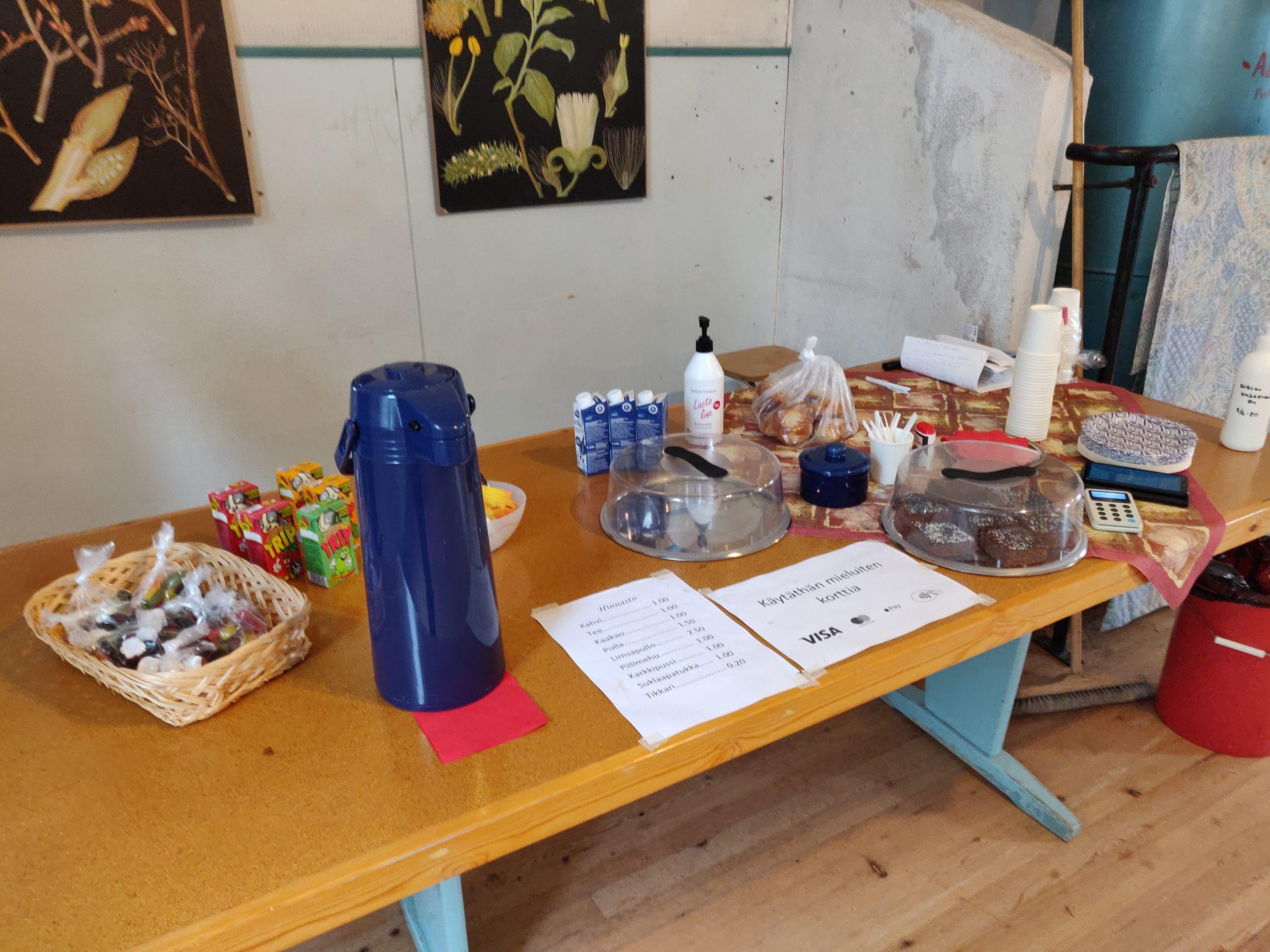 Kursun kylätalo, kahvinmyyntipöytä.