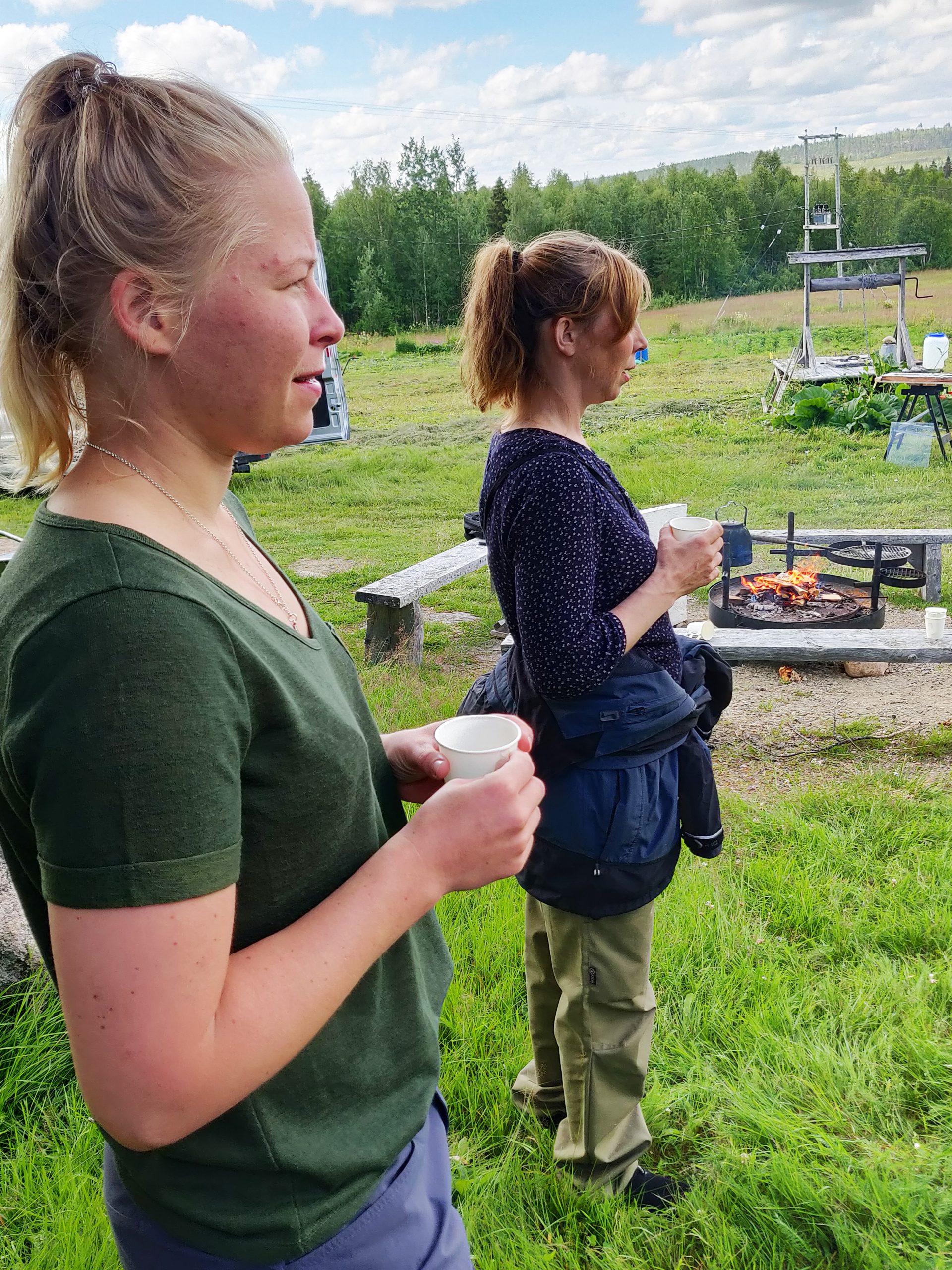Lotta Eriksson ja Annika Kostamo kahvitauolla.