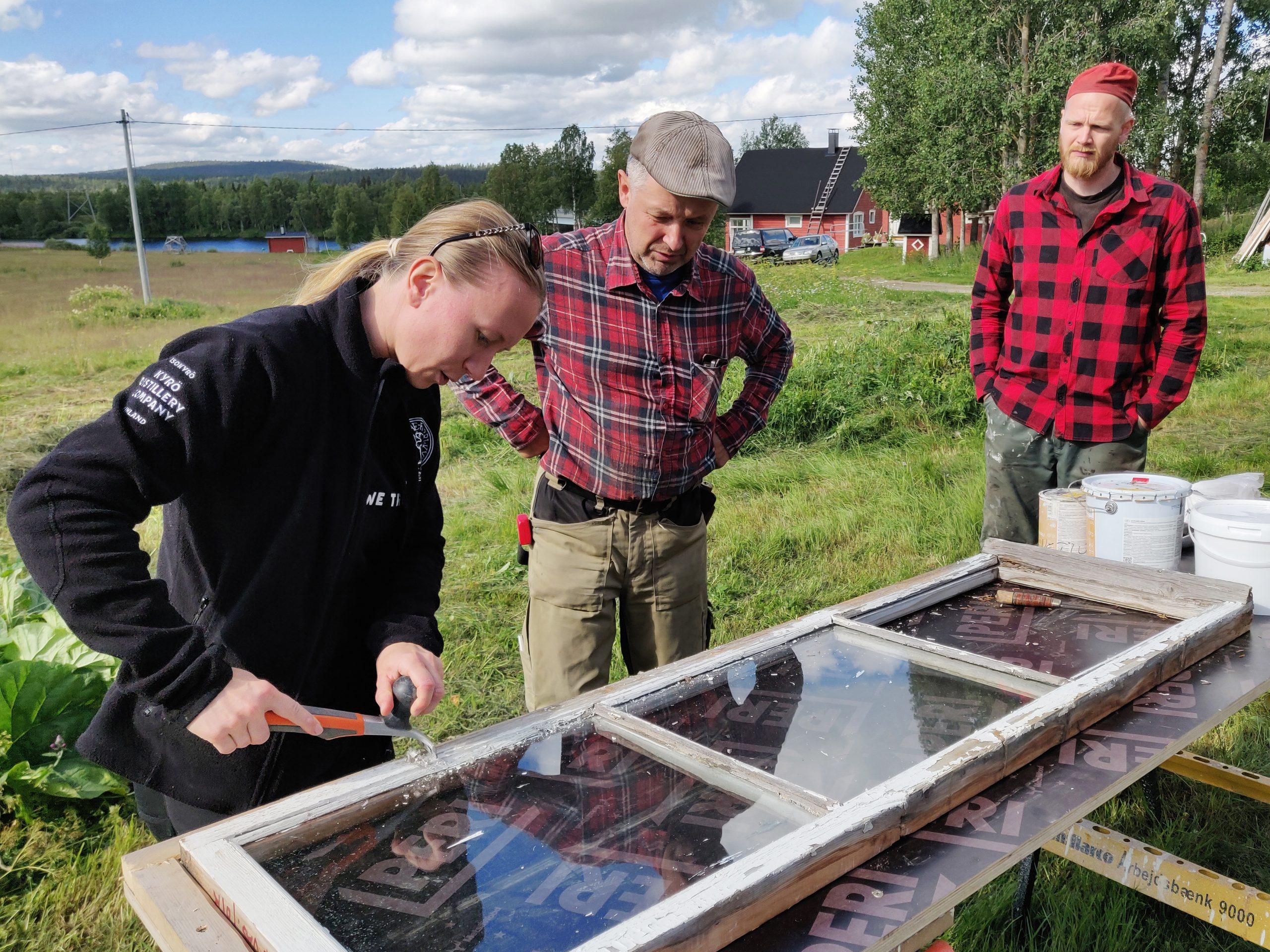 Marko Korkeasalo opastaa ikkunoiden kunnostukseen.