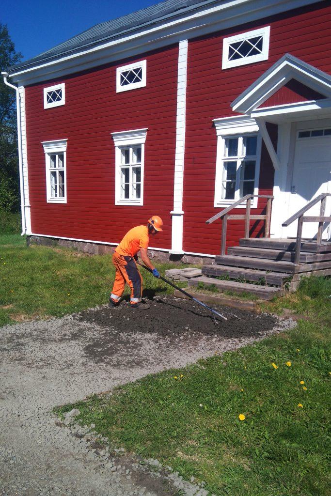 Kylätalon pihan asfaltointia. Kuva: Juha Nikupeteri.