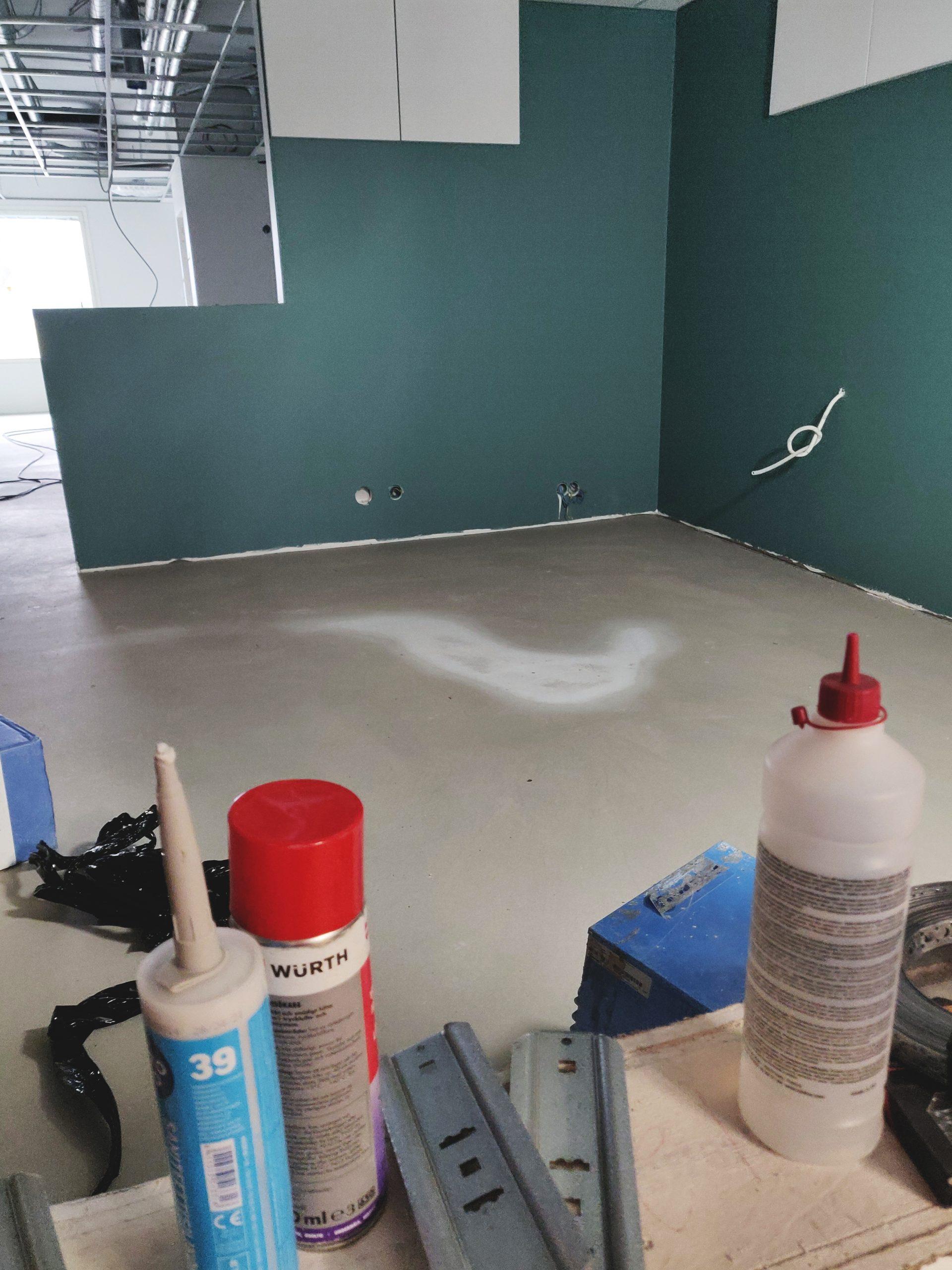 Rakennustyömaa, rakennustyövälineitä, maalattu seinä.