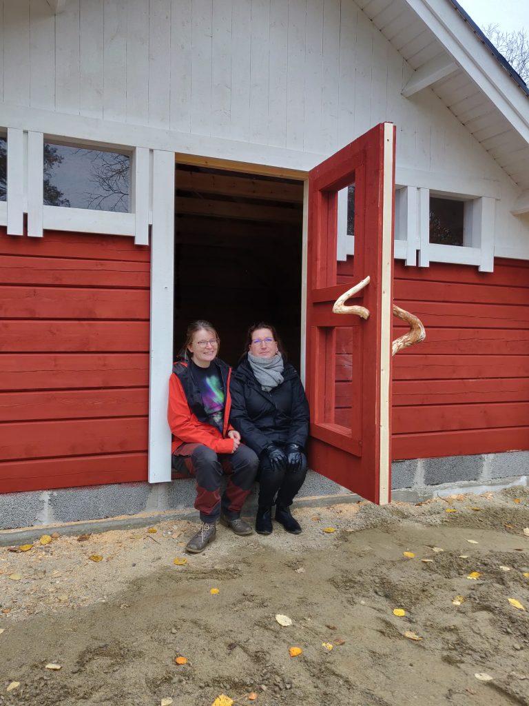 Marianne ja Eeva-Maria kodan suuaukolla.
