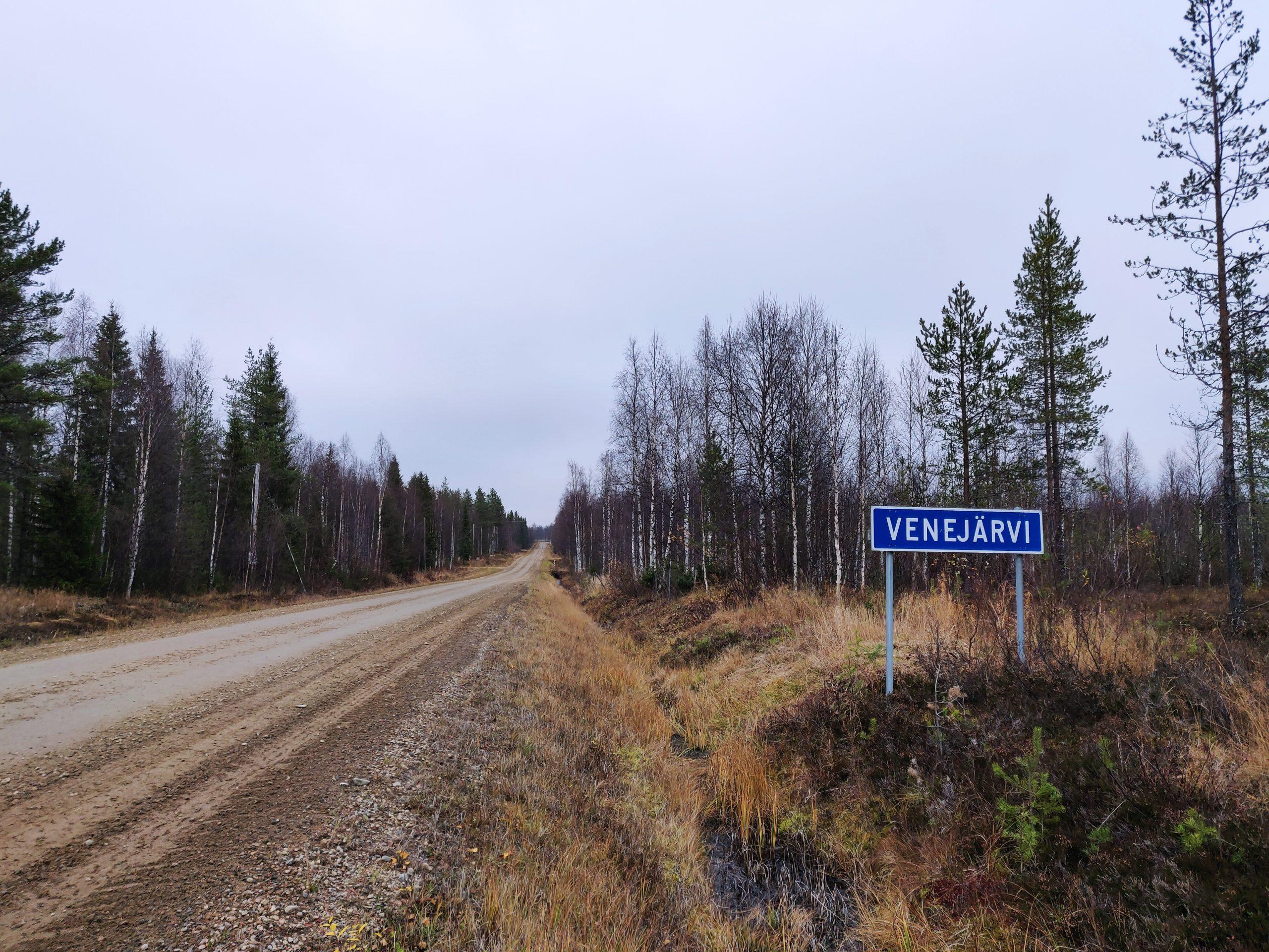 Tie Venejärvelle, tien vieressä Venejärvi-kyltti.