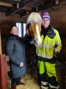 Perhekoti Väikkölän pitäjät Satu ja Ari Filppa sekä hevonen.