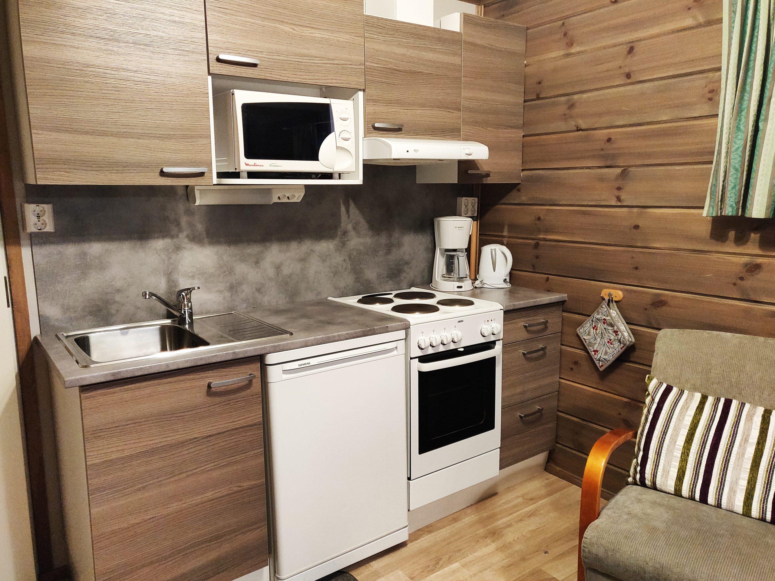 Nuorgamin lomakeskuksen mökki, keittiö.