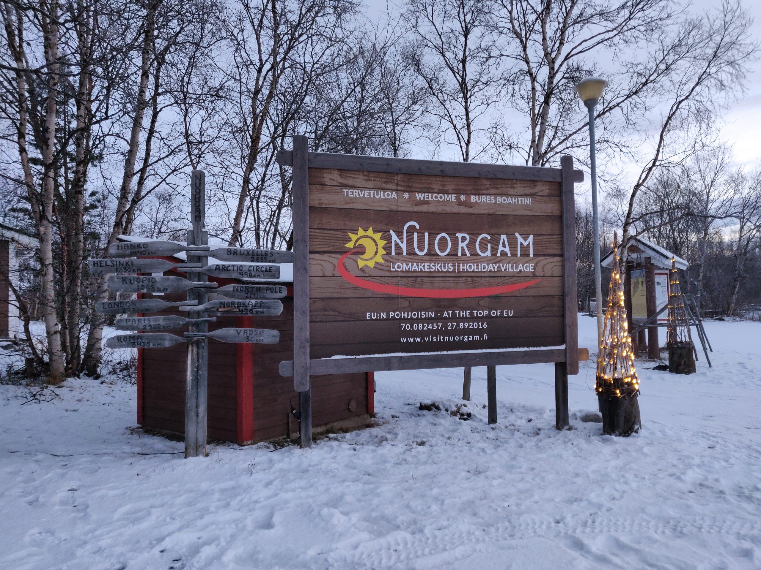 Lomakeskus Nuorgamin kyltti.