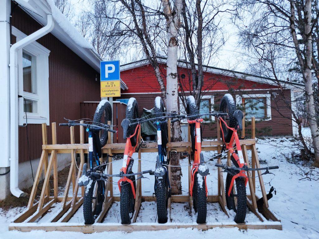 Maastopyörät parkissa Nuorgamin Lomakeskuksen pihalla.