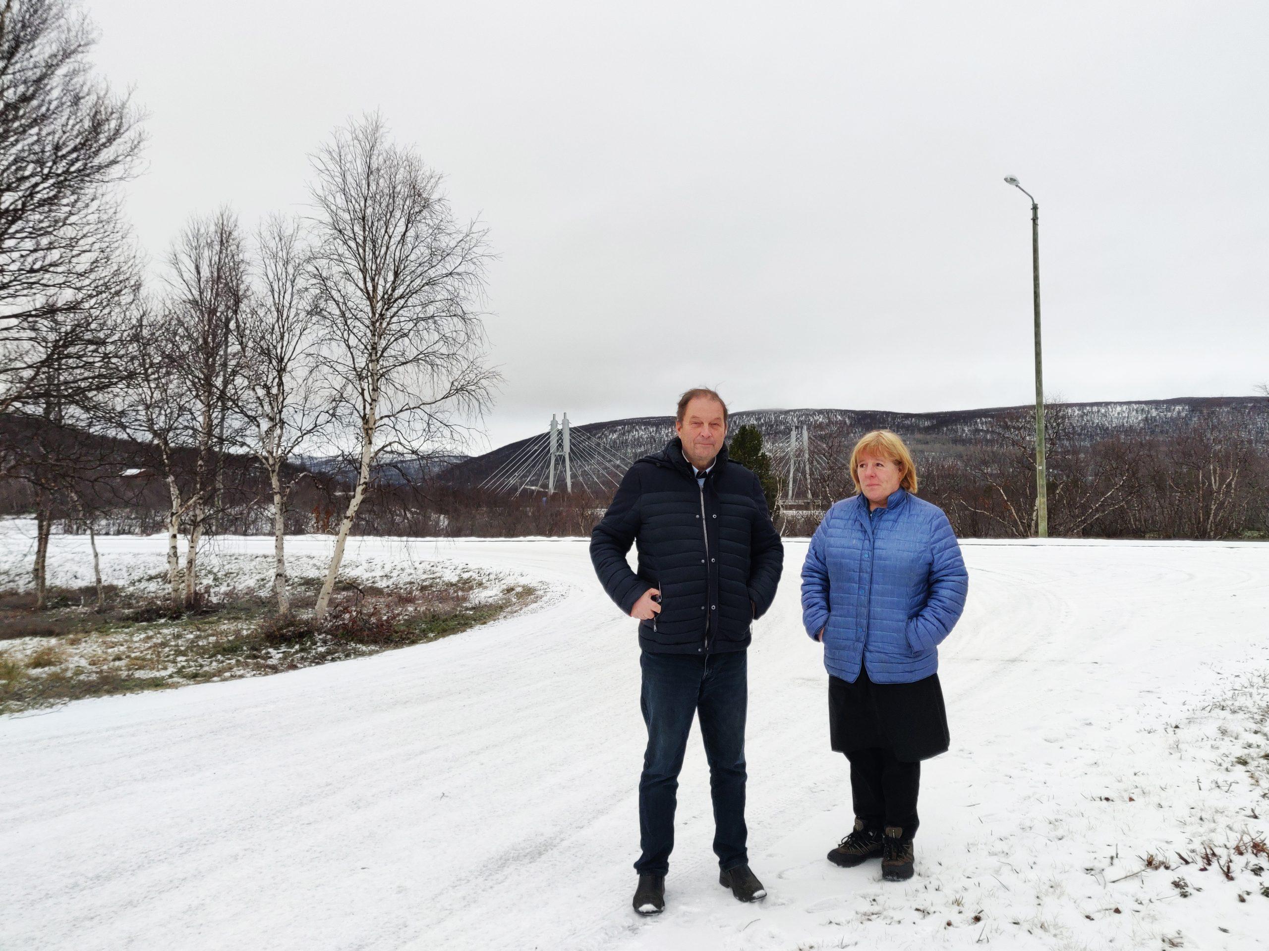 Antti Peltoniemi ja Eeva Kaulanen Hotelli Utsjoen pihalla, taustalla Saamensilta.