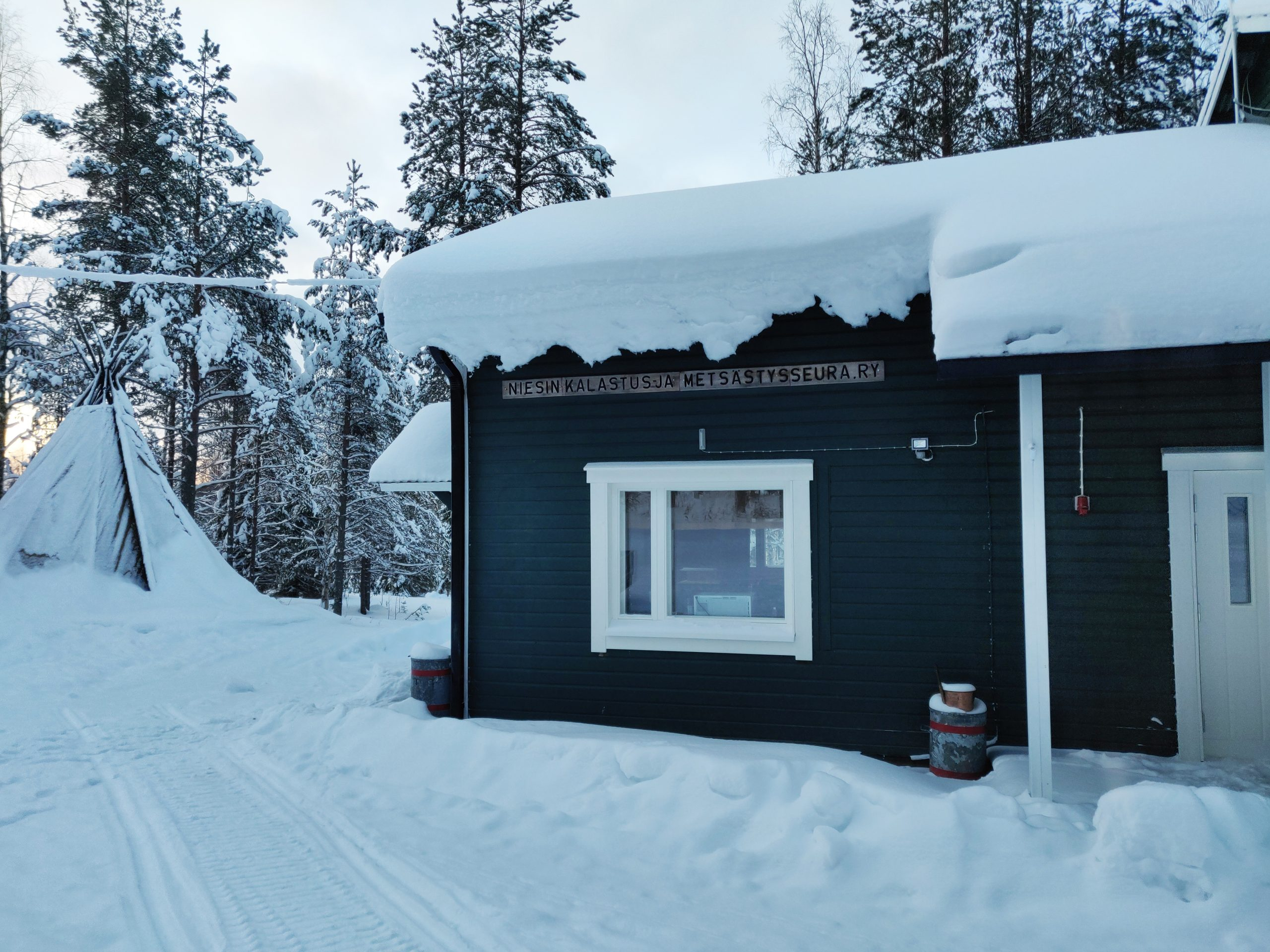 Niesin kylätalo ulkoa, talvella.