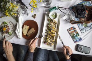 Ruokaa lautasella, leipää, kalaa.