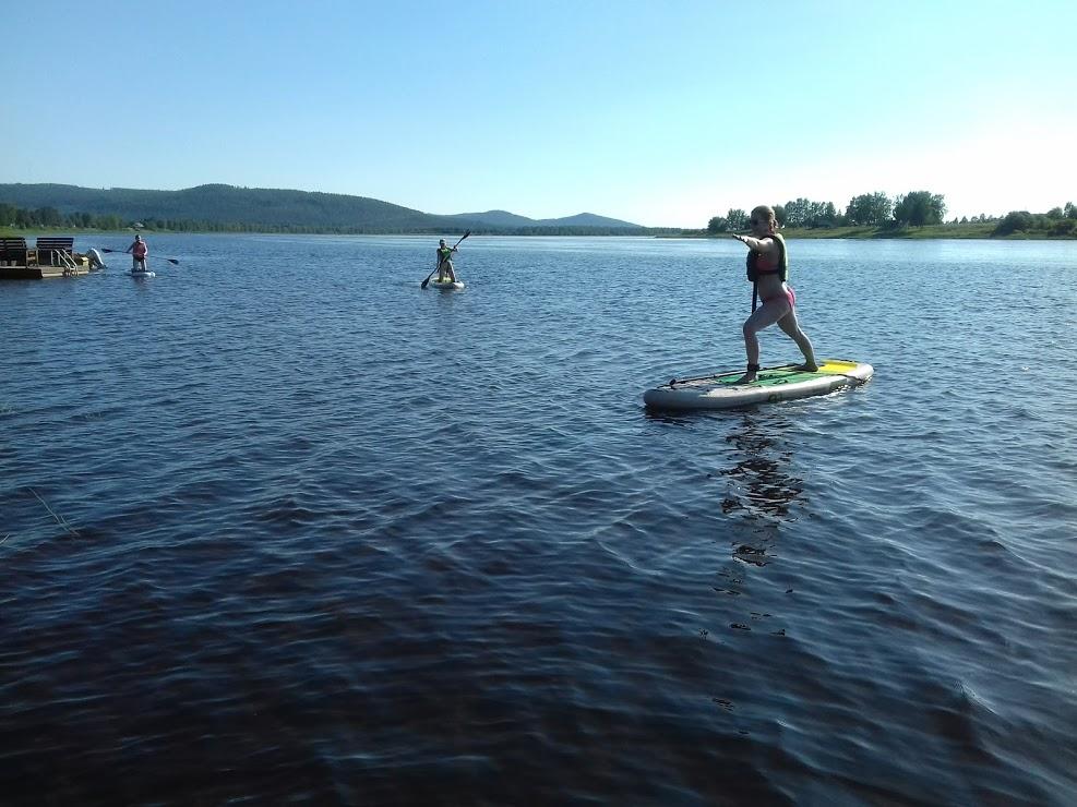 Kaksi nuorta SUP-lautailemassa Tornionjoella.
