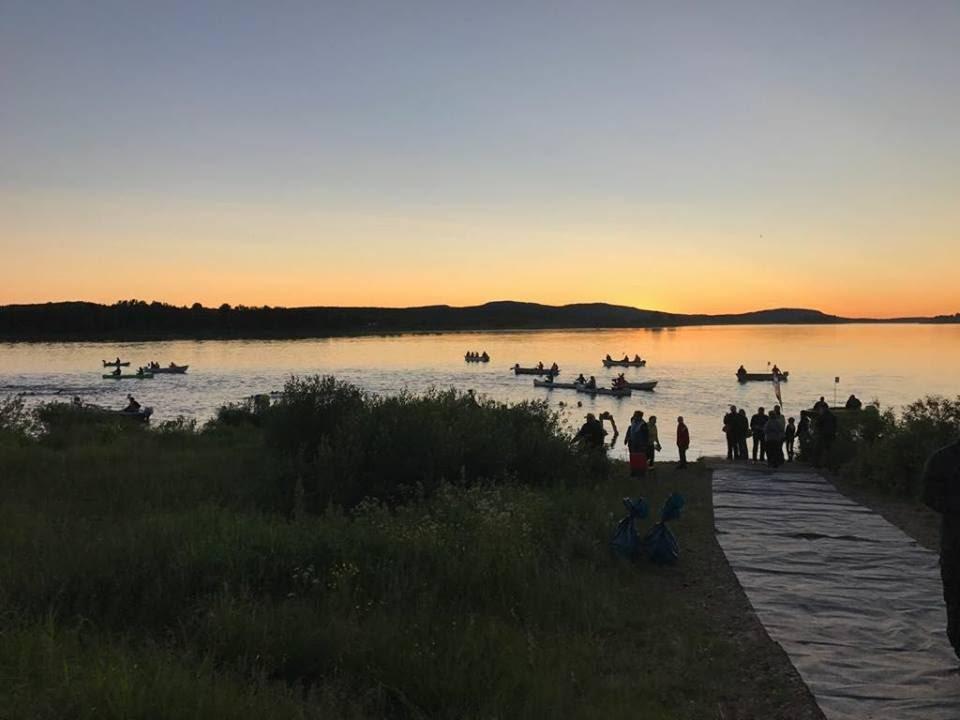 Swim the Arctic Circle, uimareita joella yöllä.