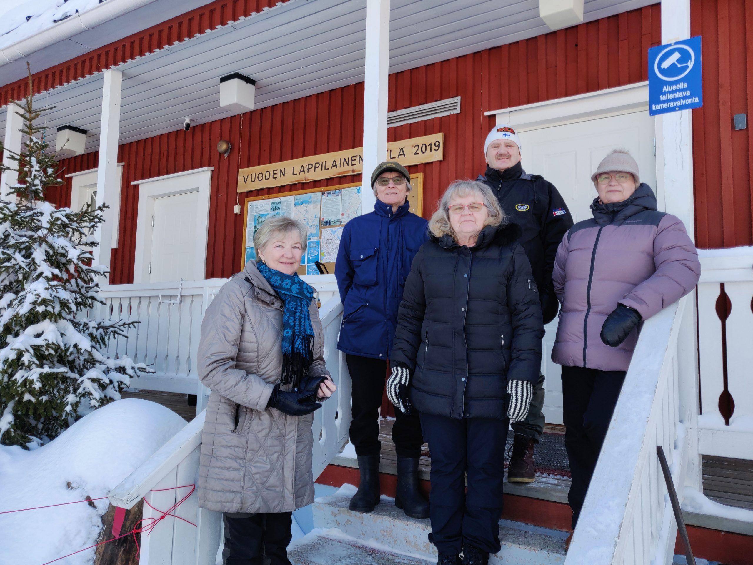 Tapionniemen kyläseuran jäseniä Kyläkartanon portailla.