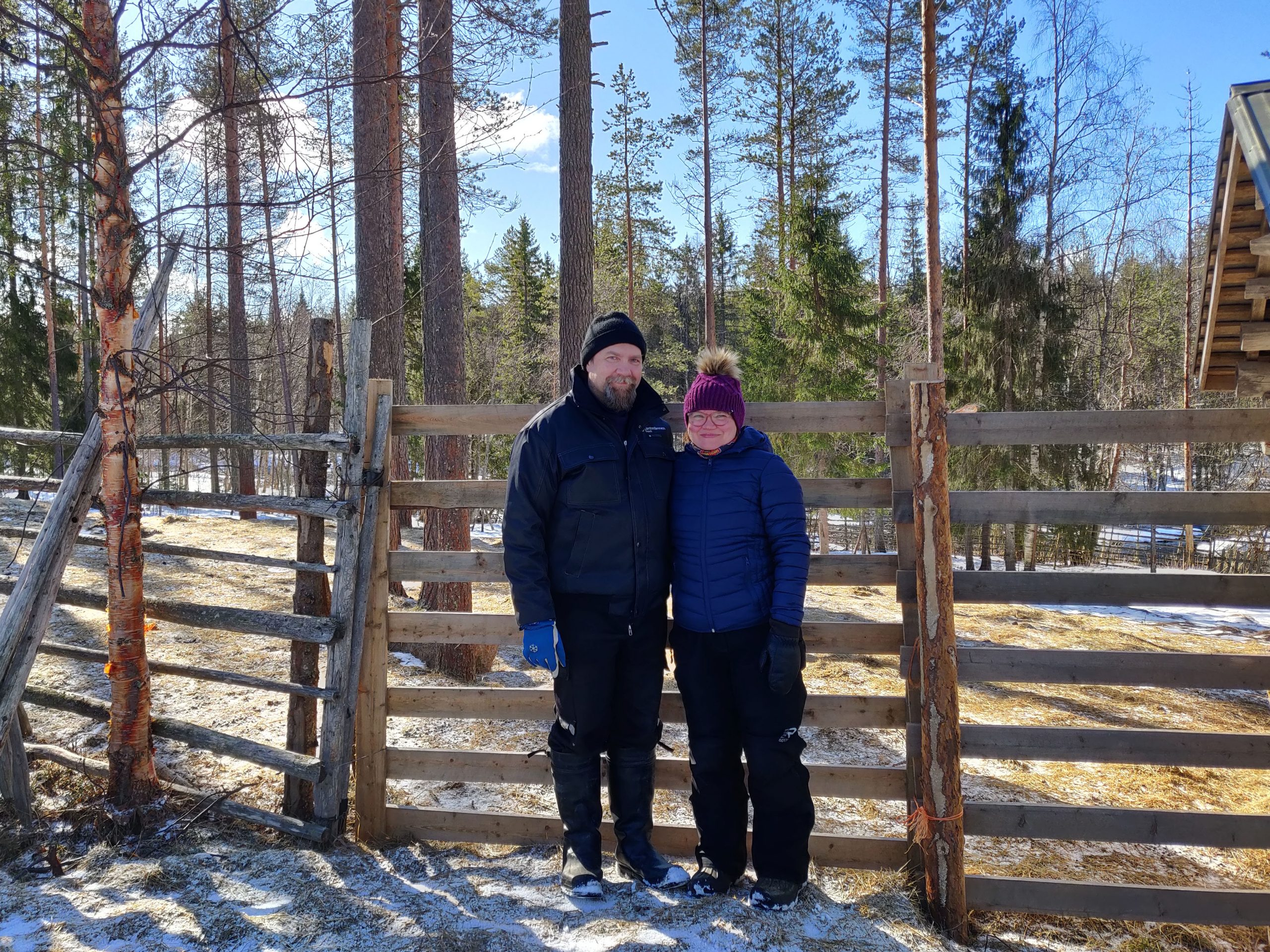 Jukka ja Katja Alajärvi poroaidan edessä.