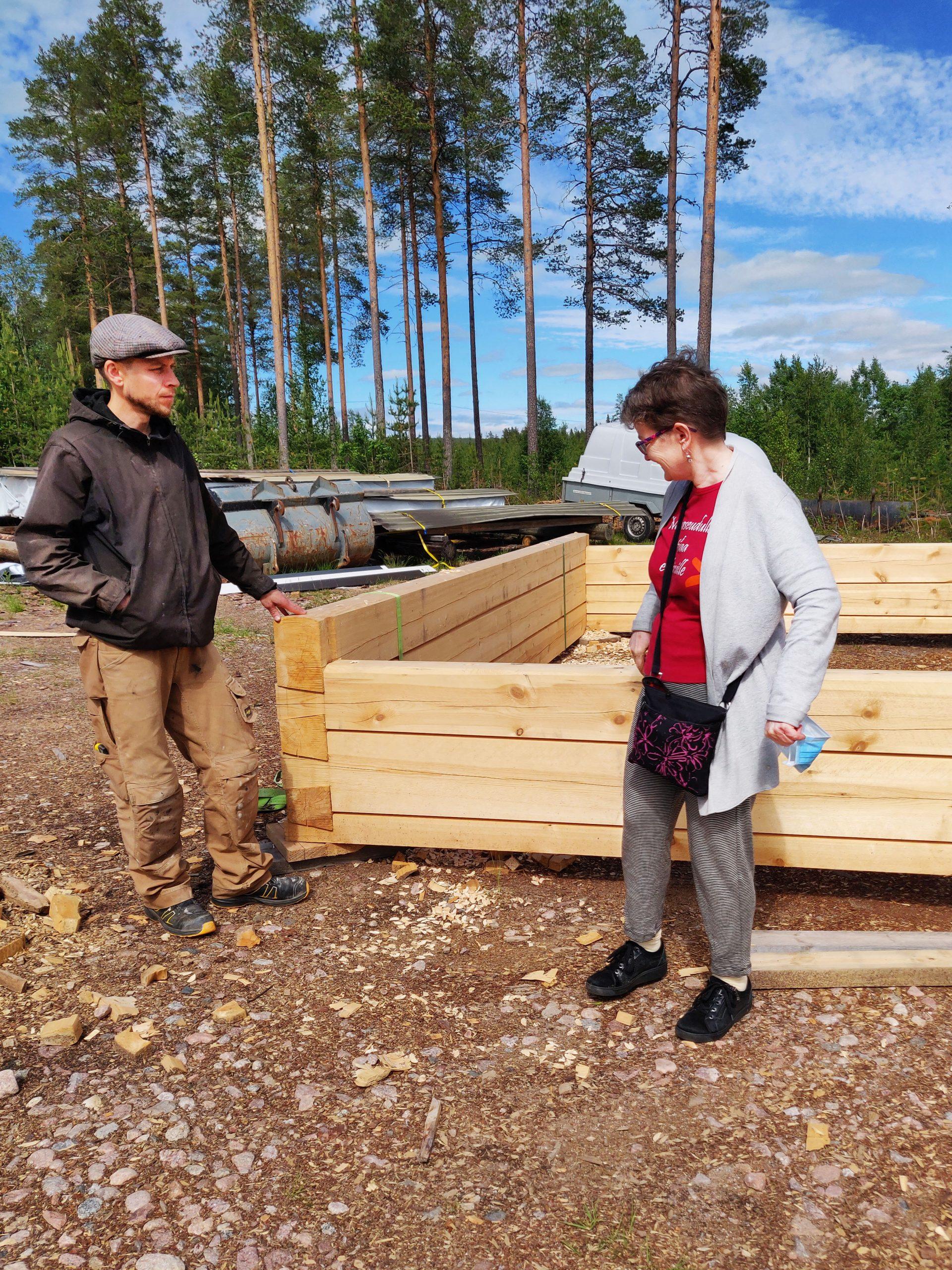 Jaakko Moilanen ja Anne Ristioja tutkivat hirsikehikkoa.