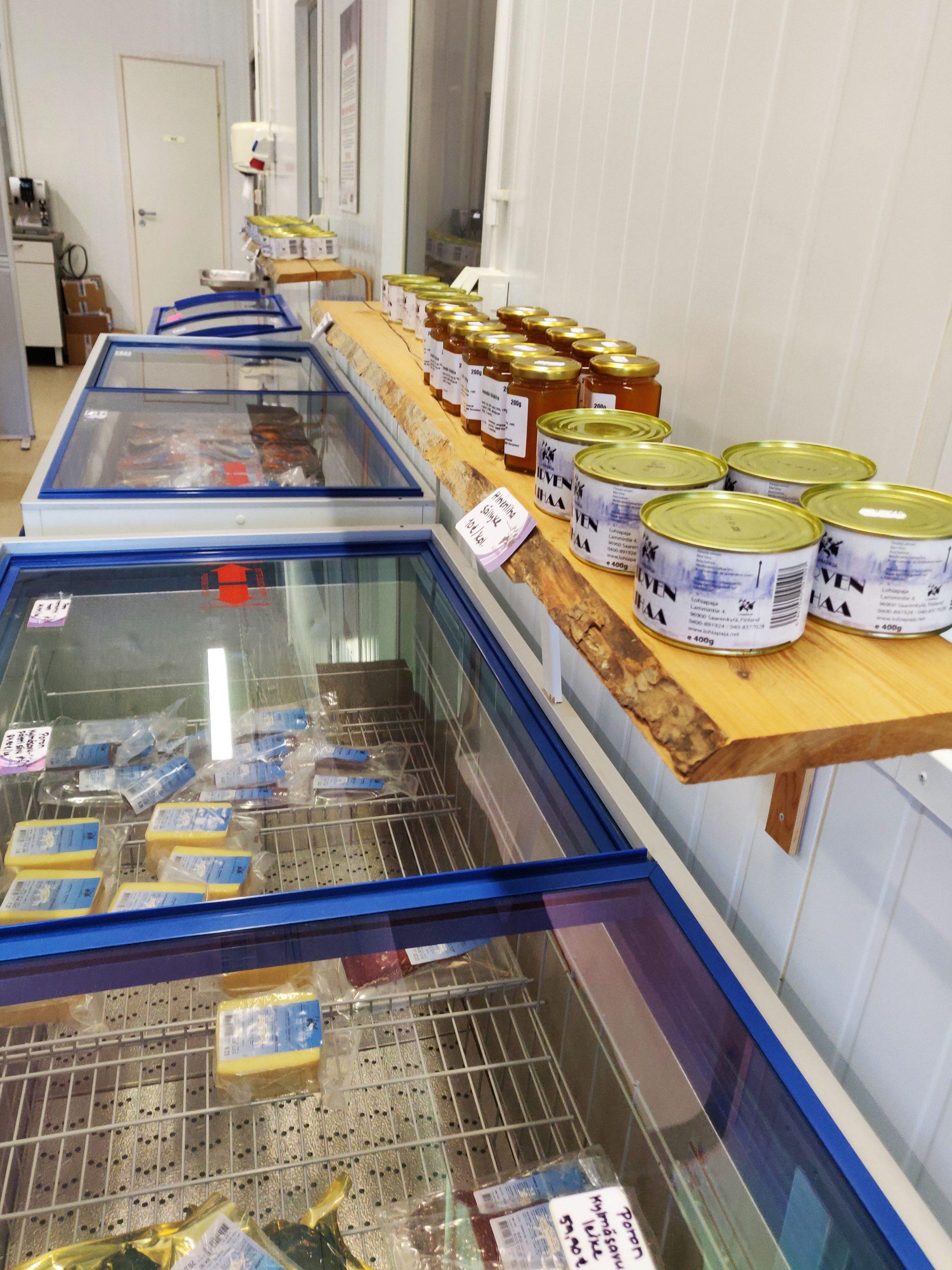Lohiapajan myymälätuotteita hyllyssä ja kylmäaltaassa.